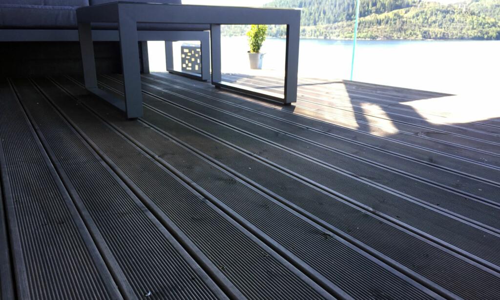 VEDLIKEHOLDSFRITT: Dette terrassebordet er verken beiset eller oljet, men det betyr likevel ikke at det ikke må vedlikeholdes gjennom året. Foto: Linn M. Rognø.