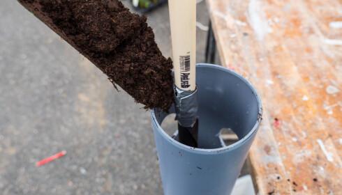 RØR I RØR: Plasser vannrøret i midten av planterøret og fyll på med jord rundt det. FOTO: Simen Søvik