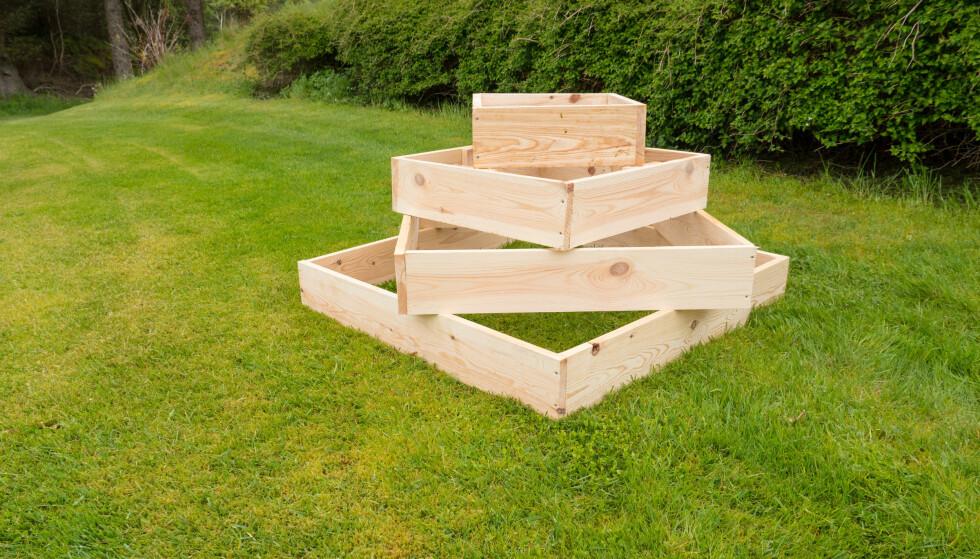 TREKANTER: Ved å stable kvadratiske «bokser» oppå hverandre danner man trekanter som kan fylles med ulike planter. Foto: Simen Søvik