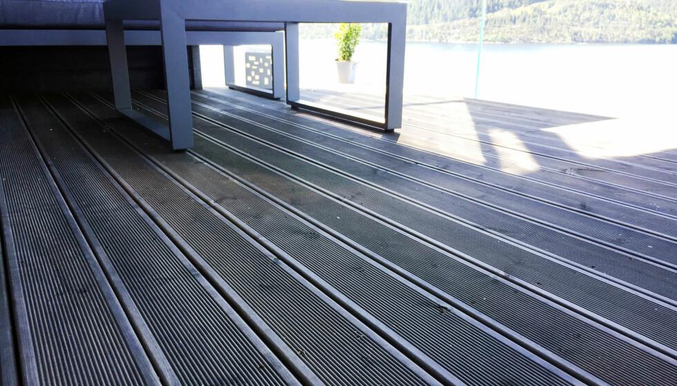 UNNGÅ SOL: Vask heller terrassen på en overskyet dag eller i regn. Foto: Linn M. Rognø.