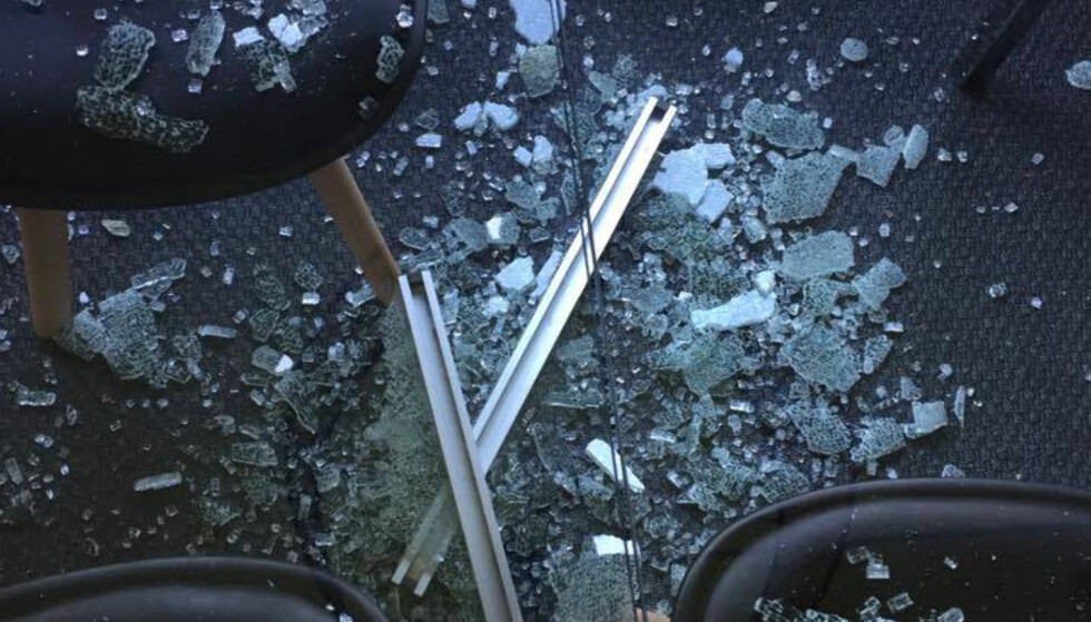 <strong>GLASS OVER ALT:</strong> Slik så det ut på stuegulvet hos Cecilie Haimlund etter at spisebordet fra Ikea eksploderte natt til 28. mai. Foto: Cecilie Heimlund