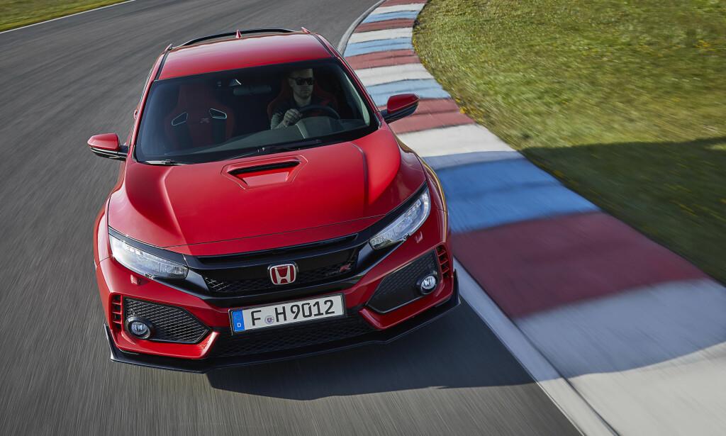 FORMIDABELT BITT: Nye Type R sitter som et skudd - og kan nesten kjøres som ett - både på bane og vei. Honda har oppgradert sin suksessformel VTEC + turbo + super-effektiv forstilling, og lykkes med det. Foto: Honda