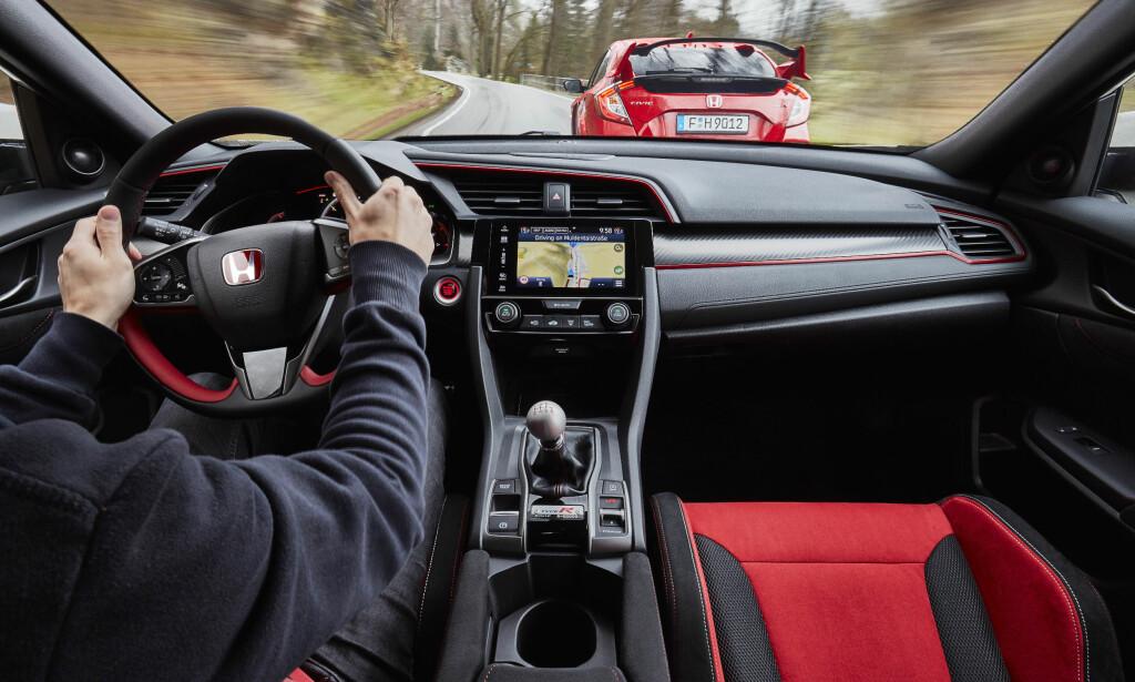 RASKEST MED FORHJULSDRIFT: Denne Type R kan kjøres fortere enn noen annen forhjulsdrevet produksjonsbil noensinne. Ikke nok med det: Den kan kjøre fletta av en firehjulsdrevet 350-hesters Ford Focus RS og var raskere rundt nordsløyfa enn 2009-modell Porsche 911 Turbo... Foto: Honda