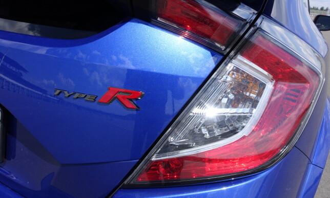 TYDELIG: R som Resolutt sportslig. Type R står for øvrig egentlig for «Type Racing». Foto: Knut Moberg