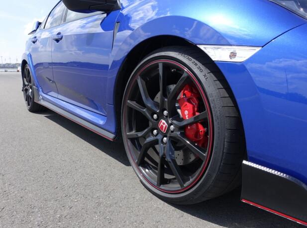 RACING-VIBBER: De spesielle Continental SportContact 6-sportsdekkene (dimensjon 245/30 ZR 20 XL) sammen med de sorte felgende med rød omkransning og matchende Brembo-kalipere, oser sportslighet. Foto: Knut Moberg