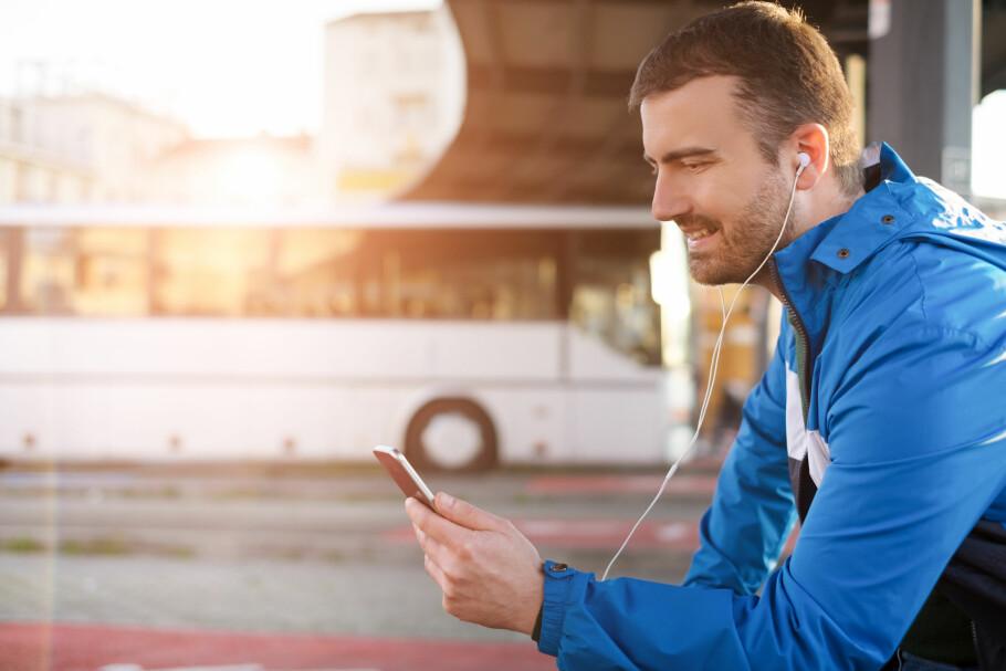 DATATYV: Å høre på musikk fra for eksempel Spotify kan ta mye data, om du ikke laster ned musikken først. Telia Music Freedom tilbyr å la musikkstrømming gå utenfor datakvota, men støtter bare enkelte tjenester og abonnementer. Foto: Shutterstock / NTB Scanpix