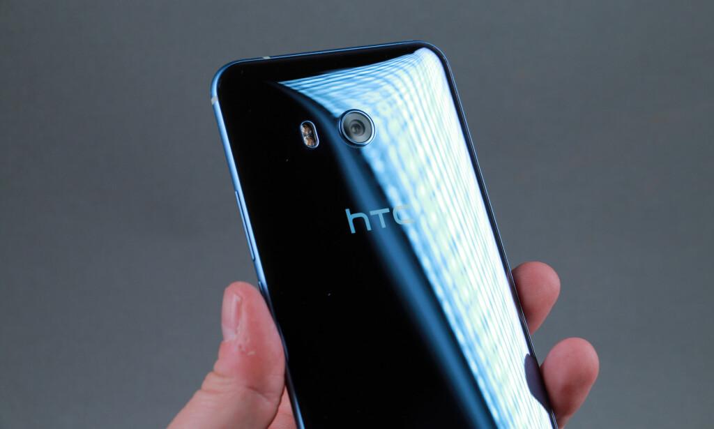SPEIL, SPEIL: Baksiden på HTC U 11 er svært blank og har litt ulik farge avhengig av hvordan lyset treffer. Dette er sølvmodellen, men den er som regel lyseblå. Foto: Pål Joakim Pollen