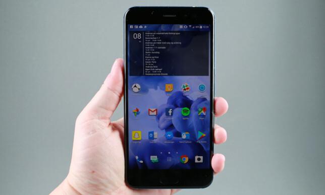 GOD Å HOLDE: Med avrundede kanter på baksiden av telefonen, ligger HTC U11 godt i hånda, selv om baksiden er ganske glatt. Foto: Pål Joakim Pollen