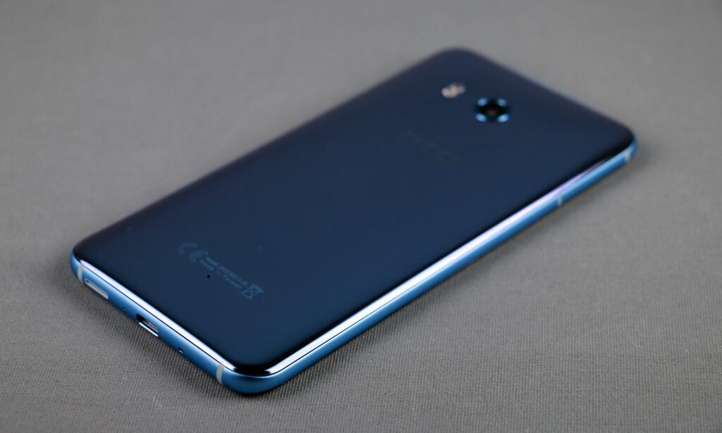 KAMELON: HTCs bruker en glassteknikk som gjør at telefonen endrer farge noe avhengig av hva slags lys som treffer den. Vår modell er den sølvfargede, selv om den stort sett ser blå ut. Foto: Pål Joakim Pollen