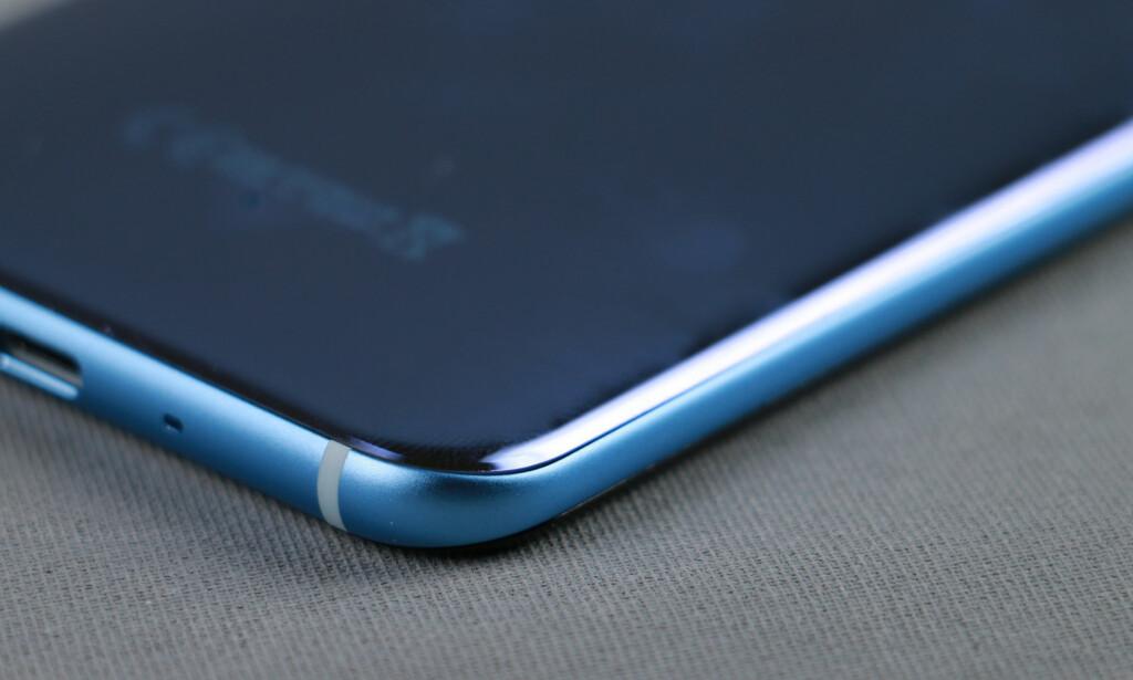 AVRUNDET: HTC U 11 ligger godt i hånda med en bakside som er avrundet mot kantene. Foto: Pål Joakim Pollen