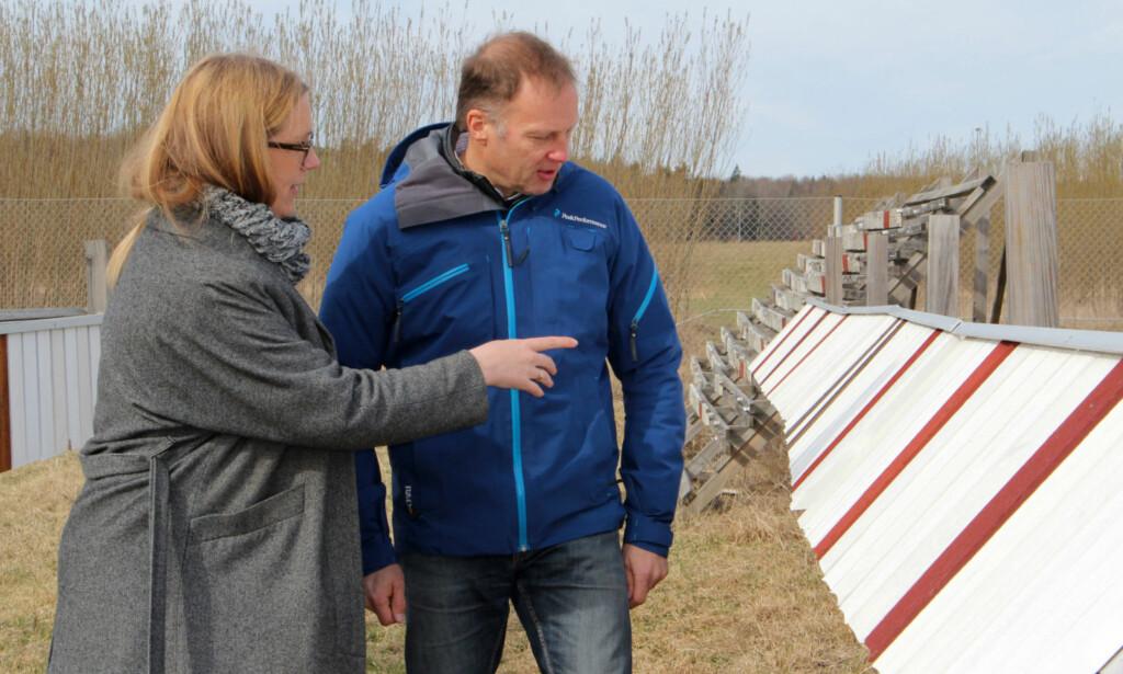 TESTPANELER: Bærekraftsjef i Folksam, Karin Stenmar og malingsekspert Stefan Hjort. Bildet er fra malingstesten som ble avsluttet i 2015. Foto: Folksam