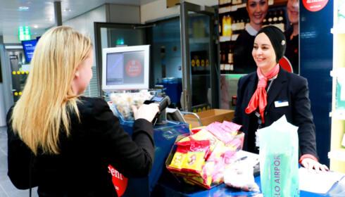BESTILL TAXFREE PÅ NETT: Betal og få med deg de ferdig pakkede varene i ankomsthallen på Oslo lufthavn. Foto: Kristin Sørdal