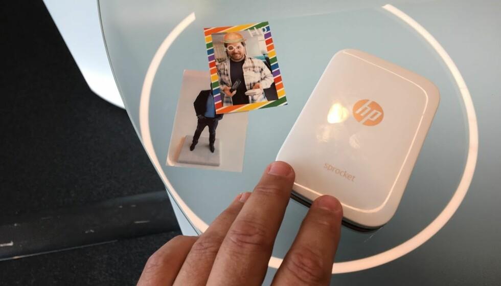 MINISKRIVER: HP Sprocket er den minste skriveren vi har sett. Den kan brukes til å skrive ut fotoklistremerker. Foto: Bjørn Eirik Loftås