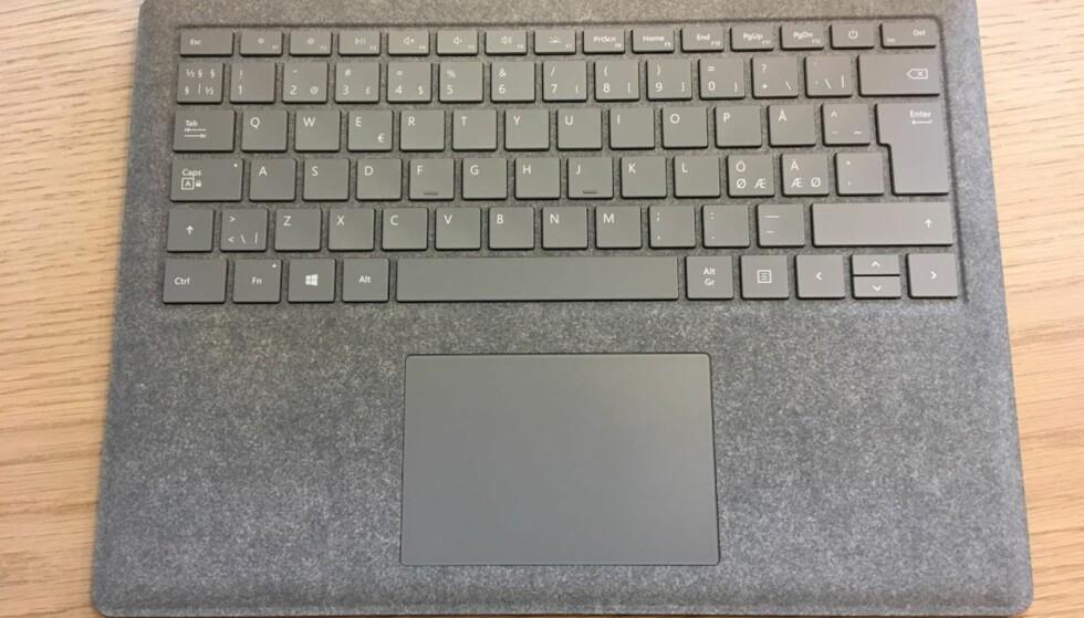 KUNSTSTOFF: Overflaten rundt tastatur og pekeplate er dekket av Alncantara-stoff. Foto: Bjørn Eirik Loftås