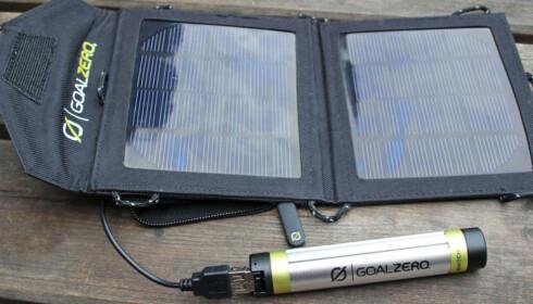 SOLCELLER: Med Switch 8 Kit fra Goal Zero trenger du i ikke å være i nærheten av strømuttak for å forlenge batteritiden på smarttelefonen din. Foto: Kirsti Østvang