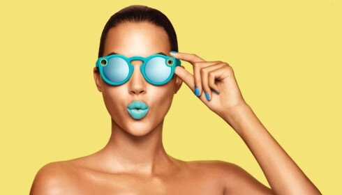 FILMER: I tillegg til å beskytte mot sollys, kan brillene ta opp videoklipp som kan legges ut på Snapchat. Foto: Snap Inc.