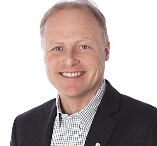 IRRITERT: Han smiler på bildet, men generalsekretær Børre Skiaker i KNA som har testet bilpriser. no, mener det finnes bedre måter for å få verdivurdering på bilen. Foto: KNA