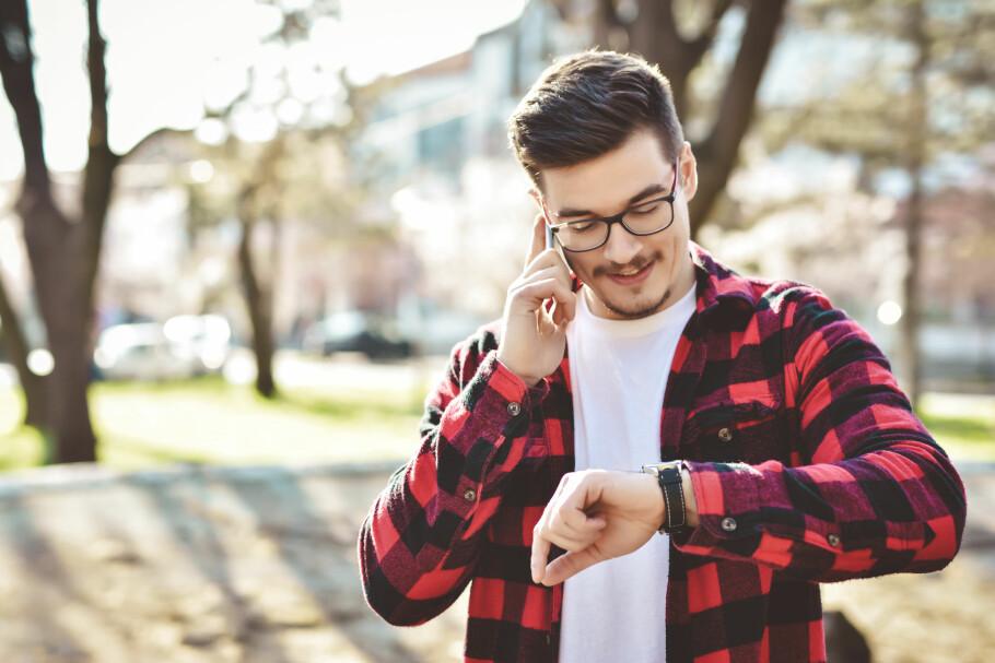 TING TAR TID: Noen mobiloperatører har vilkår som gjør at du ikke spiller unna før utgangen av måneden etter du sier opp. Altså to måneder oppsigelsestid. Heldigvis har de fleste valgt langt raskere metoder. Foto: Shutterstock / NTB Scanpix