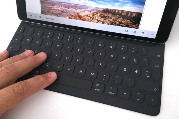 SMART OG KOSTBART: Smart Keyboard gjør det enkelt å skrive lange rapporter på iPaden. Den nye utgaven har blitt en centimenter bredere, og det merkes godt. Foto: Bjørn Eirik Loftås