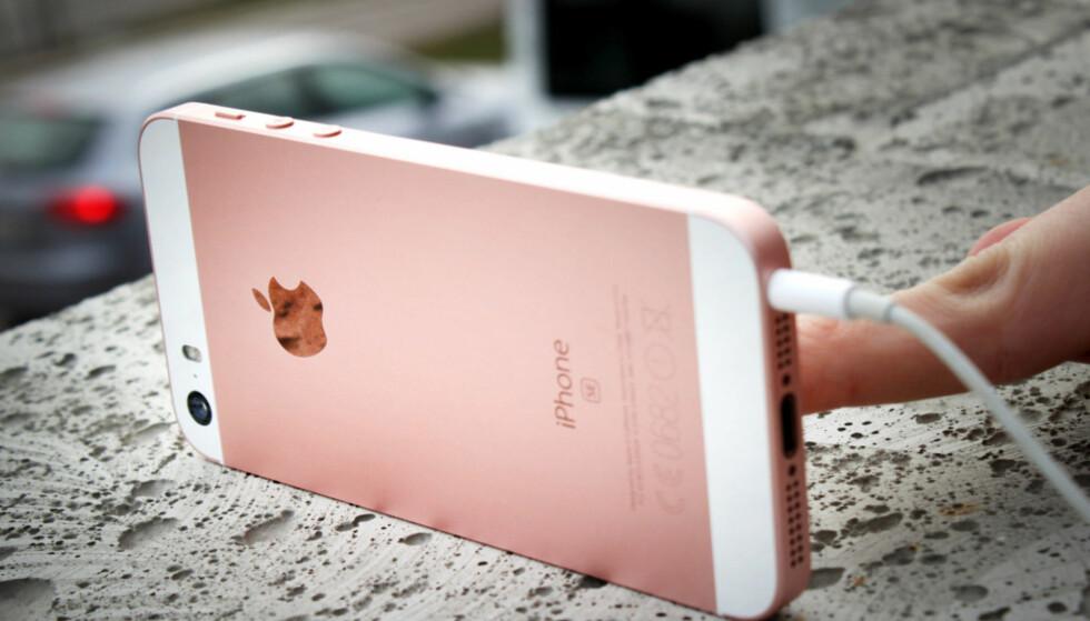 RIMELIG IPHONE: Det er riktignok ett år siden vi testet iPhone SE, men fremdeles holder den stand som en svært god telefon for de som vil ha en liten en. Siden den gang har lagringsplassen også doblet seg - og prisen sunket i butikkene. Foto: Ole Petter Baugerød Stokke