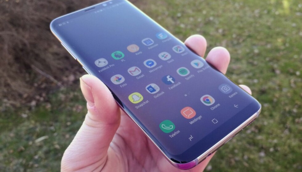 MYE SKJERM: Samsung Galaxy S8 har svært tynne rammer rundt skjermen, som derfor gir mye skjerm i forhold til størrelsen. Foto: Pål Joakim Pollen