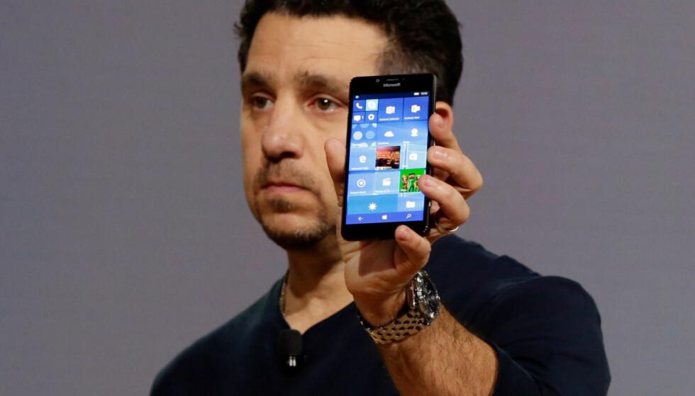 NITRIST: Selv om mange fikk tilbake troen på Microsoft under lanseringen av de nye Lumiaene høsten 2015, viste det ikke igjen i salgstallene. Når store aktører som DNB, NSB og Ruter nå hopper av, bekreftes bare det vi har tenkt en stund: Plattformen er i ferd med å dø. Foto: Richard Drew/AP/NTB Scanpix