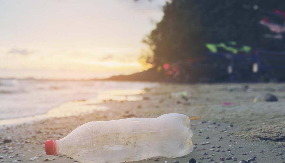 FORSØPLING: Plast som blir liggende i naturen, brytes sakte men sikkert ned til mikroplast. Foto: Shutterstock/NTB Scanpix