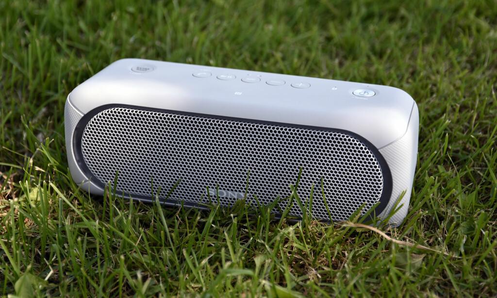 DUNDRER LØS: Med egen «extra bass»-knapp kan Sony XB30 trøkke til om du vil. Foto: Pål Joakim Pollen