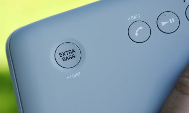 MORSOM KNAPP: Extra bass-knappen sørger for rikelige mengder bass i lyden, og det blir fort kjedelig om du slår den av igjen. Foto: Pål Joakim Pollen