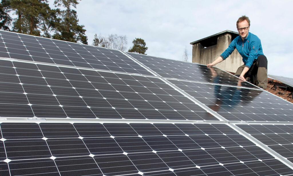 STRØM FRA TAKET: Solenergi er i ferd med å bli et reelt alternativ for den vanlige huseier. På bildet Andreas Bentzen fra selskapet Otovo. Foto: Gorm Kallestad/NTB scanpix