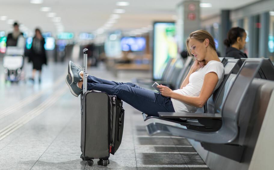 MYE DØDTID: Skal du ut på lang reise i sommer, kan det være kjekt å ha en film eller tre på telefonen eller nettbrettet for å slå ihjel tiden. Foto: Shutterstock / NTB Scanpix