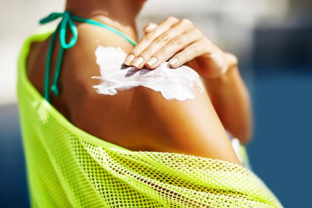 BRUK NOK! Du må bruke NOK solkrem for å få korrekt beskyttelse, og det er mange som bruker for lite solkrem, sier Vigander i Kreftforeningen til Dinside. Foto: Shutterstock/NTB Scanpix