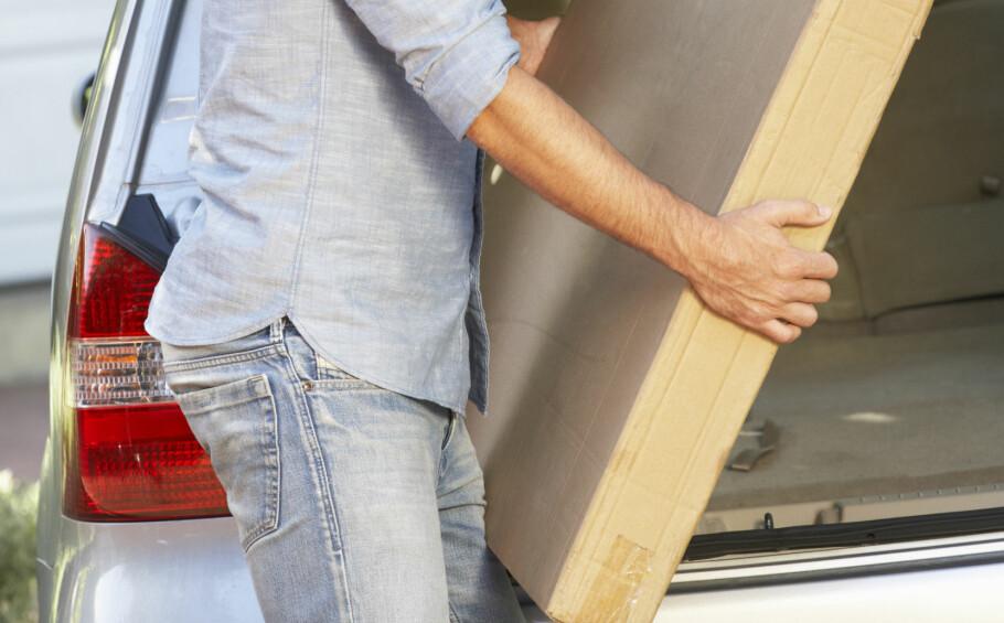 <strong>NABOTJENESTE:</strong> Å hjelpe naboen med å bære inn en splitter ny TV er ikke uvanlig. Men hva skjer om du mister den? Innboforsikringen din kan hjelpe deg om du blir stilt ansvarlig for skaden, men var det ikke din skyld, er det bare naboen det skal gå utover. Foto: Shutterstock / NTB Scanpix