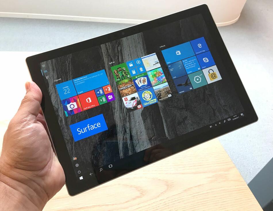 BRETT FOR PROFFENE: Microsoft er nå ute med sin femte generasjon Surface Pro. Vi har testet det som er blant verdens mest avanserte nettbrett med PC-funksjonalitet. Foto: Bjørn Eirik Loftås