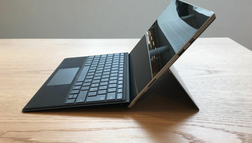 STÅR SELV: Den integrerte støtten gjør det enkelt å vinkle skjermen slik du ønsker det, men løsningen fungerer langt bedre på et bord enn i fanget. Her med tastaturet koblet på. Foto: Bjørn Eirik Loftås