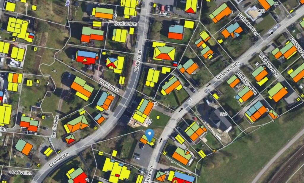 SOLFORHOLD: Husene som er merket i rødt er best egnet for solcellepanel. Gult betyr velegnet, mens hustak merket med blå og grønn farge er lite egnet. Kartutsnittet er fra et boligområde i Oslo. Foto: Solkart.no