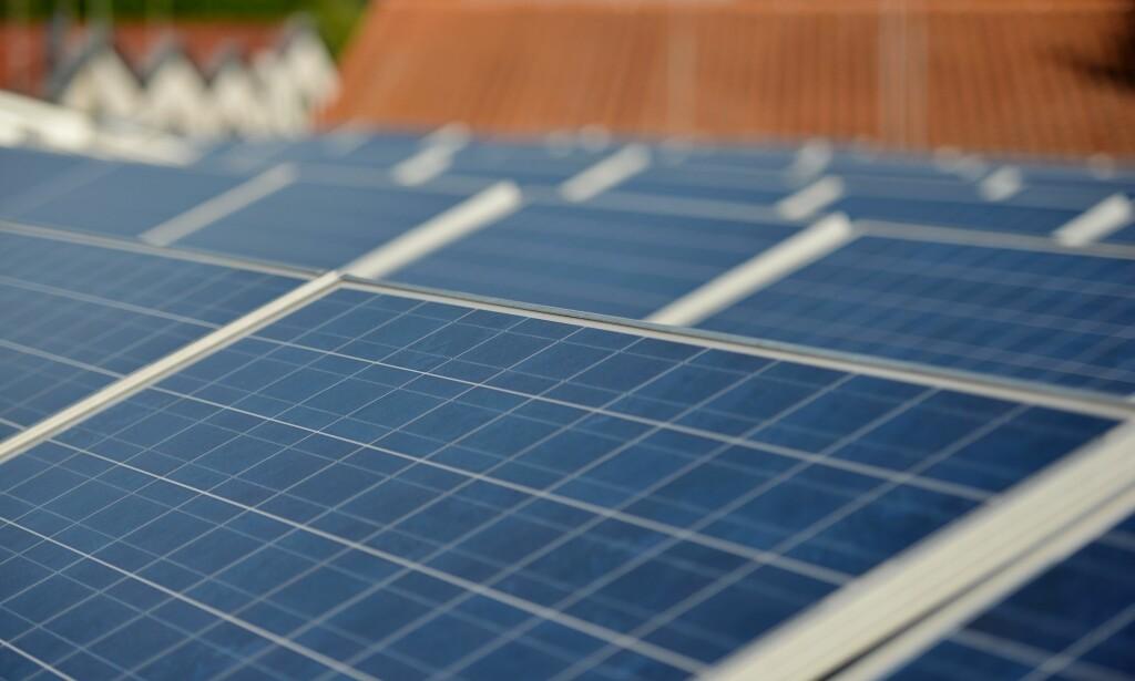 STØTTE: Bor du i Oslo, kan du få 30 prosent støtte til solcelleanlegg. Resten av landet har Enova-ordningen, som gir fra 10.000 til 28.750 kroner i støtte. Foto: Frank May/NTB scanpix
