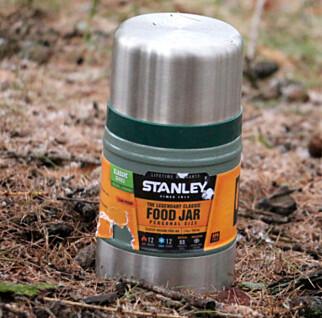 HOLDER DRIKKEN KALD: De fleste termoser holder også godt på kulde. Denne mat-termosen fra Stanley lover å holde drikken din kald i tolv timer. Foto: Ole Petter Baugerød Stokke.