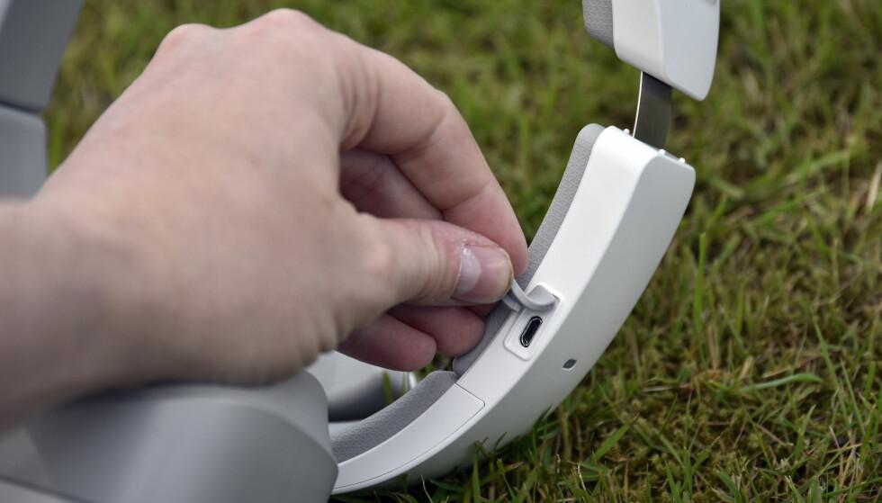 VANLIG PORT: DJI Goggles lades med micro USB-kabel og holder cirka seks timer på hver lading. Foto: Pål Joakim Pollen