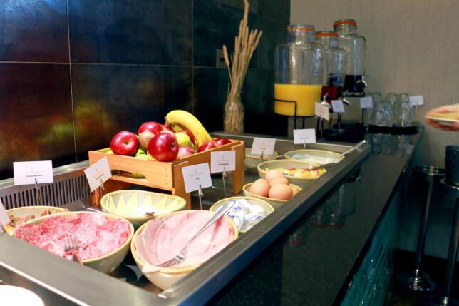 STYR UNNA: Hotellfrokost er dyrt dersom du ikke har det med i hotellprisen. Da er det billigere å kjøpe frokost på café. Foto: Berit B. Njarga