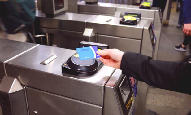OYSTER-CARD: Med Oyster-card slipper du unna med en maksgrense for billettpriser i løpet av en dag. Små barn kan reise gratis med en voksen, mens større barn betaler halv pris - men da må rabatten legges inn på kortet før du begynner å bruke det. Foto: Berit B. Njarga