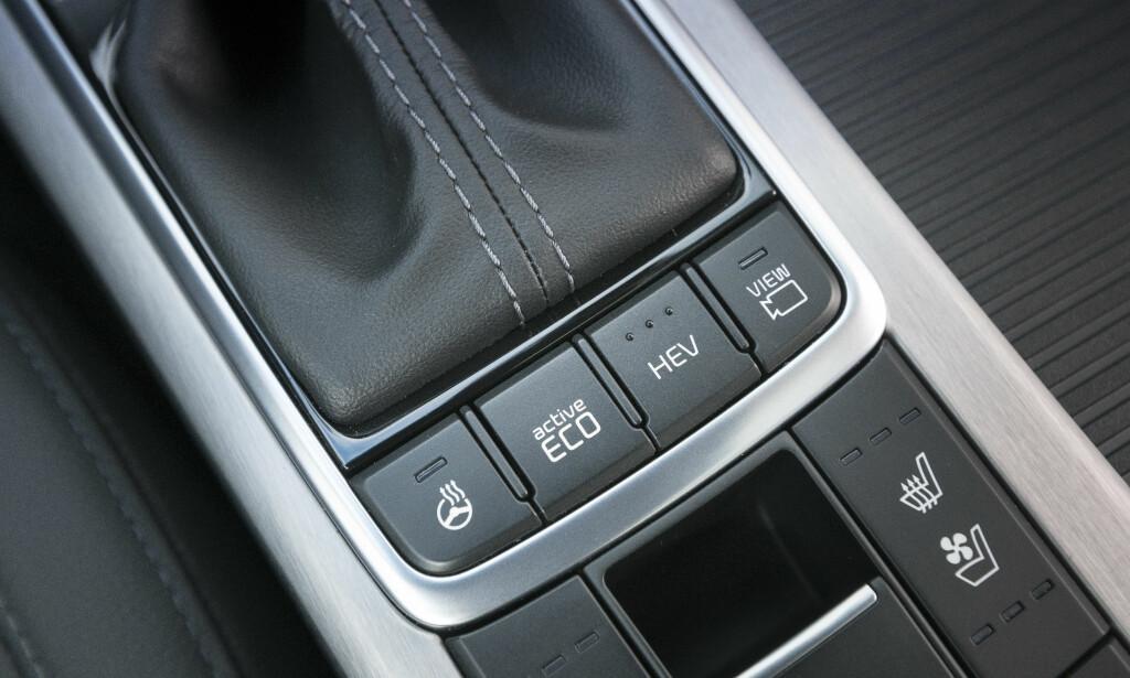 VELG SELV: Du kan selv velge om du skal kjøre vanlig hybrid, som prioriterer elektrisk kjøring, eller tvinge den til ren elektrisk kjøring. Foto: Kia
