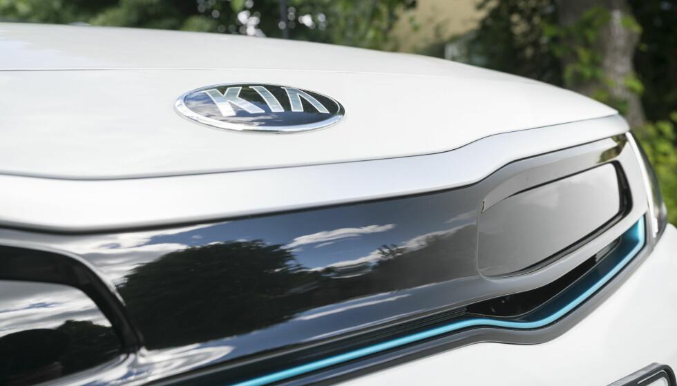 AKTIV GRILL: Hybridversjonen har fått lavere luftmotstand enn modellen med diesel, noe takket være denne grillen som er lukket til den trenger kjøling. Foto: Kia