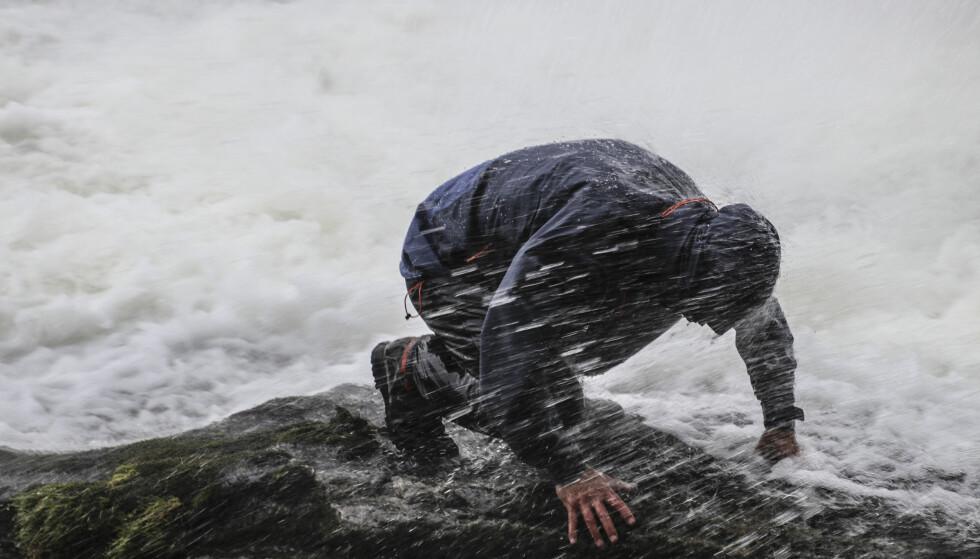 <strong>FOSSE-TESTEN:</strong> Test av vanntetthet gjorde vi under fossen. De beste jakkene holdt oss tørre her. Foto: Arnt Flatmo