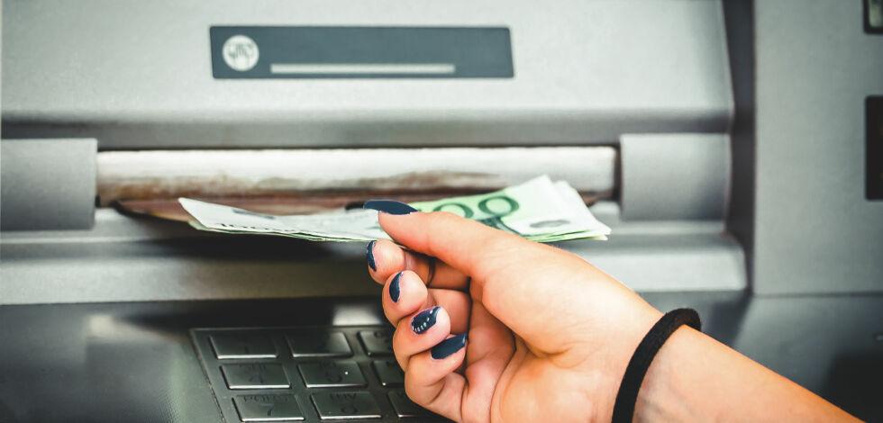 image: Det kan være dyrt å ta ut penger i utlandet. Se hvor mye det faktisk koster