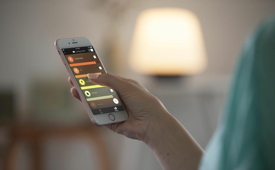 MOBILSTYRING: Den gammeldagse lysbryteren fungerer fortsatt. Men det er jo praktisk å kunne skru av og på og regulere lysstyrken via mobilen også. Foto: Philips