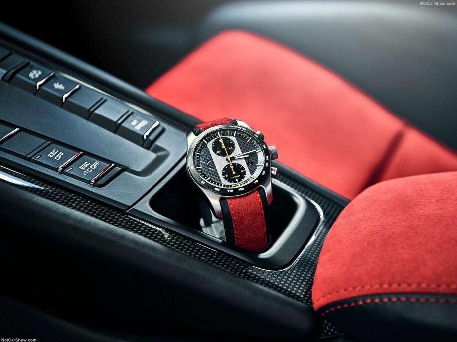 EKSKLUSIV: Om du får fingrene i en Porsche 911 GT2 RS, får du også mulighet til å kjøpe denne klokka. Den er ikke priset i norske kroner, men skal ifølge Porsche Norge koste rundt 90.000, pluss MVA. I USA er prisen 10.000 dollar. Foto: Porsche