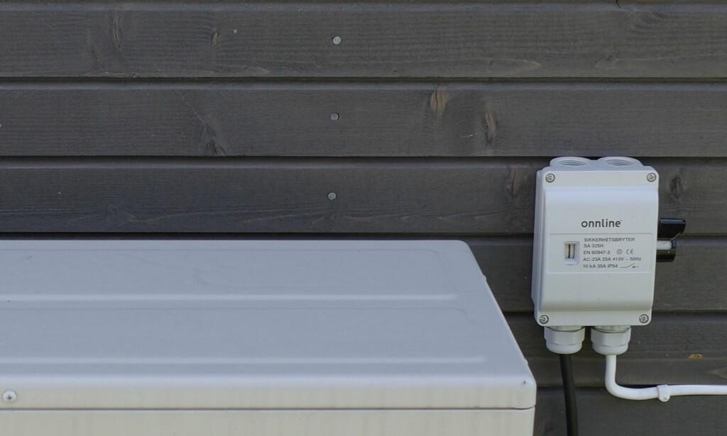 BRYTER PÅ UTEVEGG: Mange varmepumper har en slik boks med bryter på like ved uteveggen. Bryteren skrur av strømmen oig beskytter dermed mot skader ved lynnedslag. Foto: NOVAP