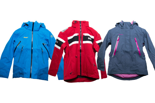 STRYK: Disse jakkene får stryk i Forbrukerrådets test. De er fra Helly Hansen, Stormberg og Bergans. Foto: Forbrukerrådet