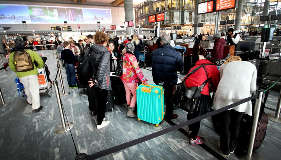 KØ PÅ FLYPLASSEN? Fredag 21. desember blir den travleste dagen på Oslo lufthavn i jula. Siden det er mange som reiser med mye bagasje i jula, anbefaler Avinor at du beregner litt ekstra god tid om du skal ut å reise denne dagen. Foto: NTB scanpix
